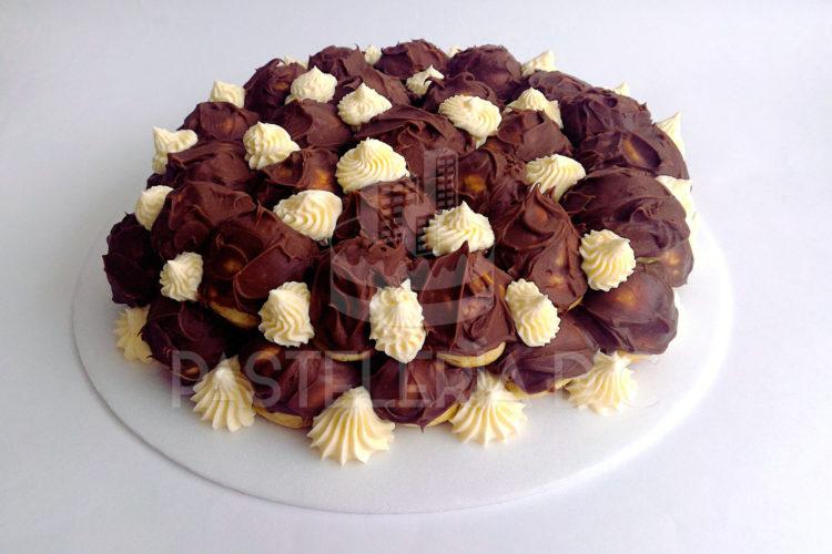Torta de profiteroles rellenos de crema pastelera con decoración de chantillí en Bogotá
