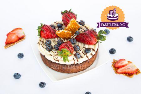 Brownie cake Morenito con fresas arándanos y crocante de nuez buttercream chocolate
