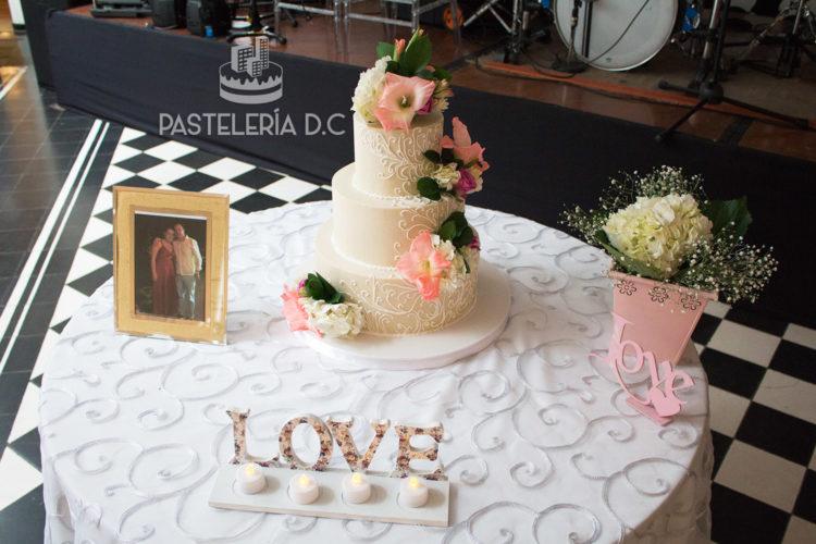 Ponqué Pastel Torta personalizada en Bogotá Matrimonio o Boda tradicional flores
