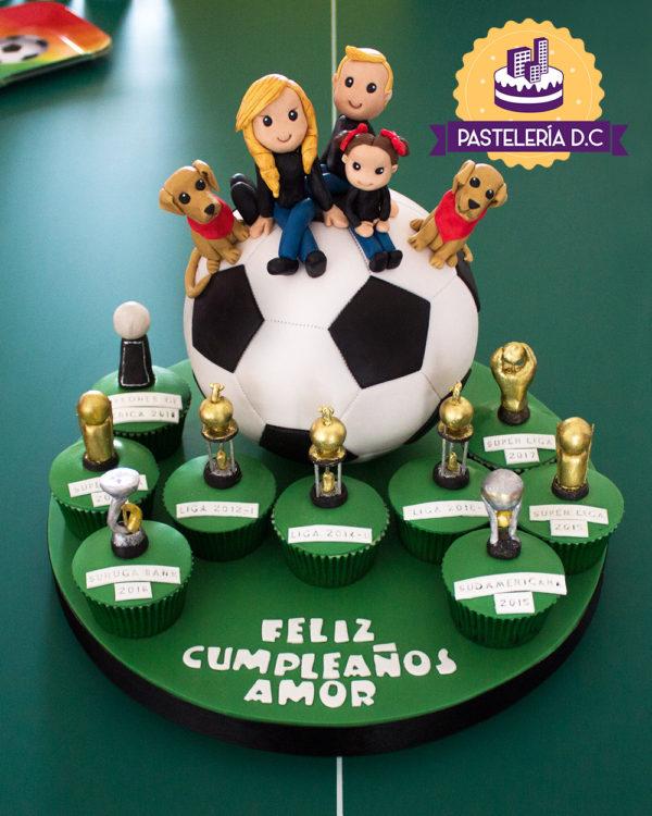 Ponqué Pastel Torta personalizada en Bogotá Fútbol Balón Familia y Cupcakes Trofeos