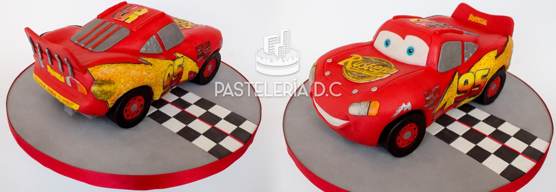 Torta esculpida con forma de Rayo McQueen de Cars