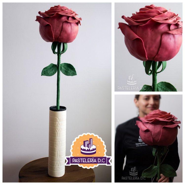 Torta esculpida rosa en florero